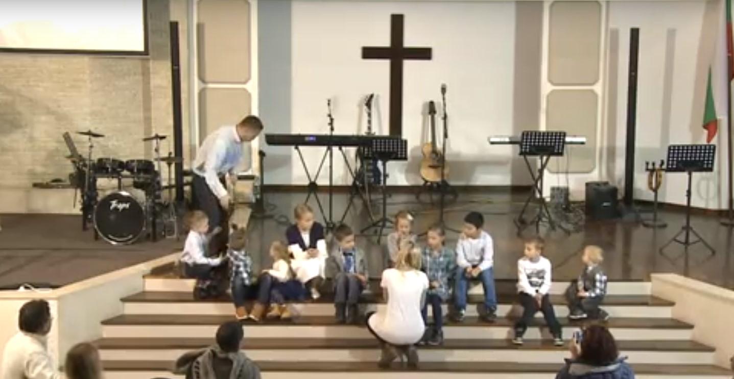 Дети рассказывают стихи и поют песни